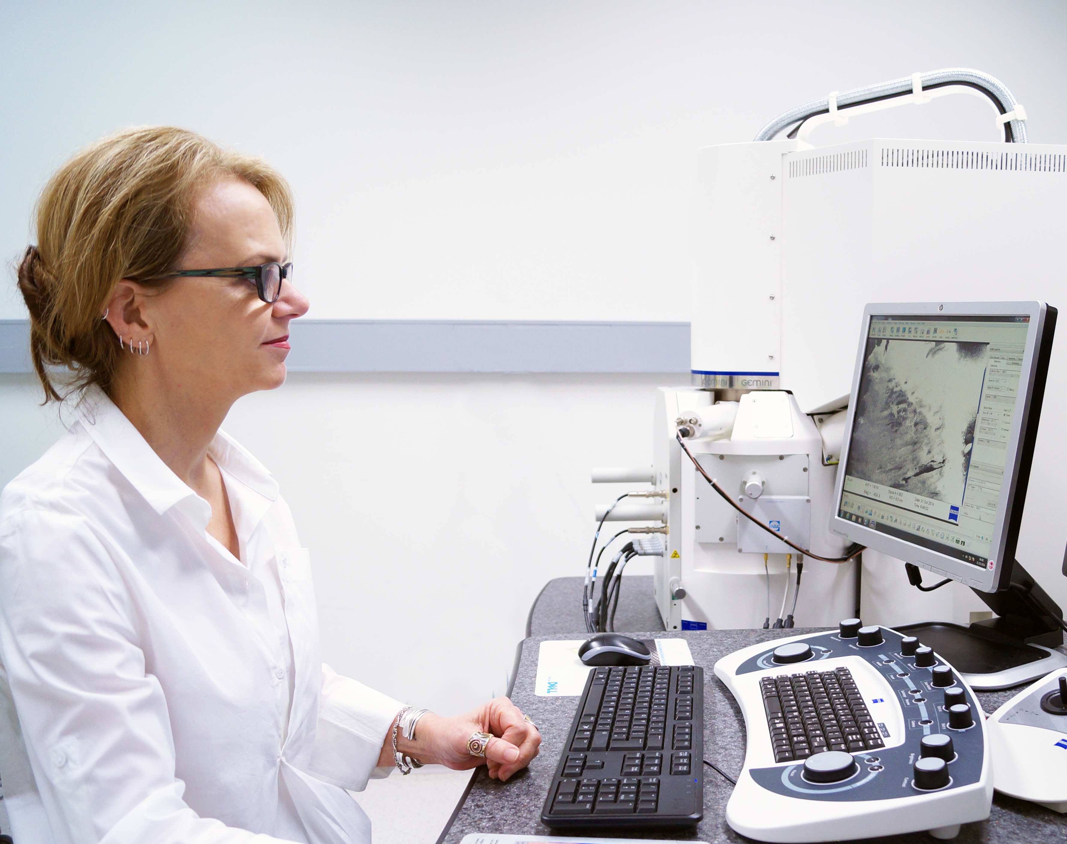CMM's Robyn Webb and the recently installed Gatan 3-view/Zeiss microscopy system